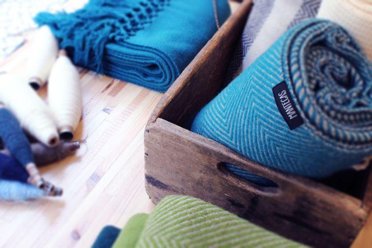 """Mantecas, cujo nome significa """"pequenas mantas"""",  by Burel Factory produz mantas, echarpes e cachecóis, recuperando padrões antigos, com formas e cores contemporâneas. Aconchegantes mantas, feitas à mão, contando a história de uma vida, de uma região e do seu passado."""