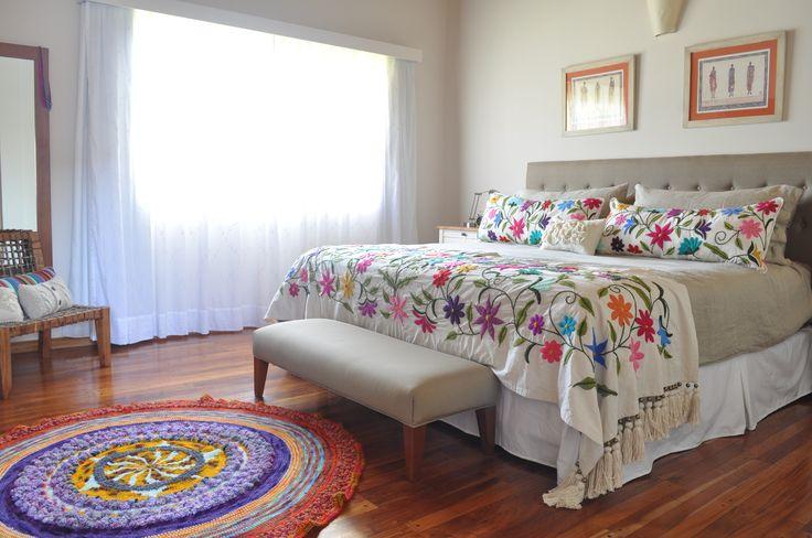 Pie de cama y almohadones bordados a mano. Alfombra tejida a crochet www.tiendadecostumbres.com.ar