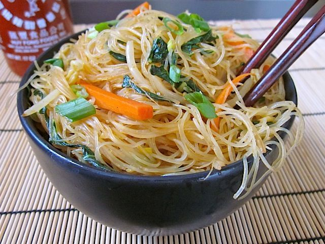 Delicate rice vermicelli noodles, fresh vegetables, and spicy curry powder make these singapore noodles totally addicting! @budgetbytes