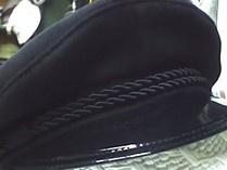Diese originelle, traditionelle, authentische und holländische Skippermütze    wird sorgfältig aus dunklem Wollstoff mit einem Stoffschirm oder einem    Lackschirm hergestellt.    Die Schiffermützen sind gefüttert und haben ein Lederschweißband,wodurch die Schiffermütze eine perfekte Passform hat und auch bei Windsitzen bleibt.
