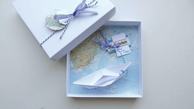 Ein originelle und liebevolle Art, eine Reise zu verschenken. In einer hübschen weißen Schachtel befindet sich ein gefaltetes Schiff, das einen Gutschein oder Geld für eine schöne Reise überbringt....