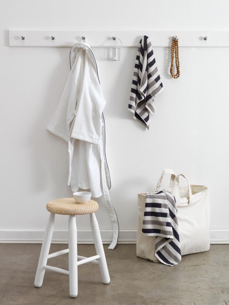 Mantener orden en el baño con varios ganchos