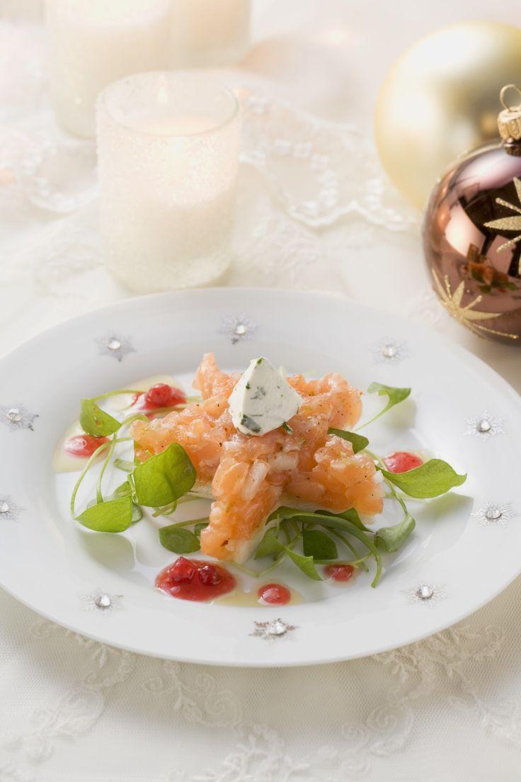 Lachs klein geschnitten als Tatar auf Toast serviert wird. Mit Limettensäure, Salz und Pfeffer abgeschmeckt, ein wunderbares Fischgericht.
