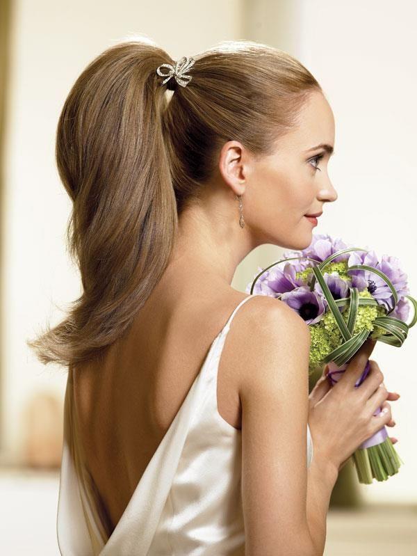 Acconciatura sposa con capelli lunghi, a coda di cavallo e bouquet lilla. http://www.matrimonio.it/collezioni/acconciatura/2__cat