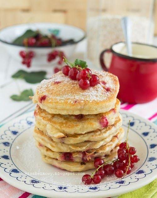 Moją drugą propozycją na sezon porzeczkowy w tym roku są pancakes z płatkami owsianymi i porzeczkami właśnie. Te małe, kwaśne owoce nie tylk...