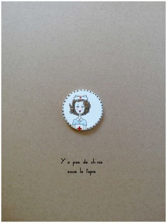 Broche réalisée à partir d'un médaillon en porcelaine non émaillée monté sur une attache en métal couleur argent . Chaque pièce est unique, dessinée à la main par mes so - 20785896