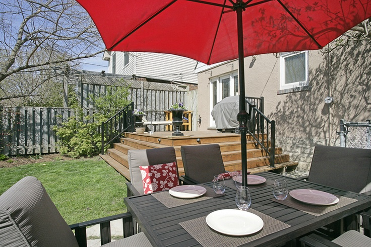 Now that's one cute house! Birchcliffe Village, one of Toronto's best kept secrets. You won't believe the price, check it and re-pin por favor! $446,000 www.springrealty.ca