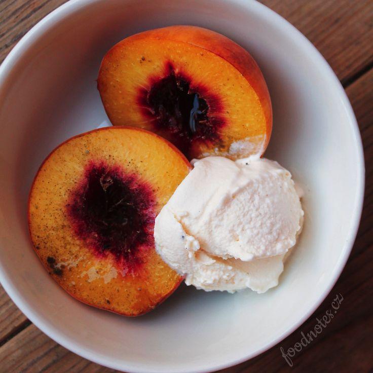 Pečené broskve s kardamonem a se zmrzlinou, jednoduchý recept