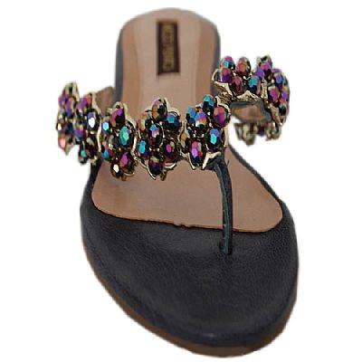 Rasteira Next Petróleo - Mezzo Punto  Rasteirinha em couro liso cor petóleo.  Tiras recobertas com metais cravejados em pedras negras.  Solado de borracha.  A Mezzo Punto é uma marca de calçados femininos de altíssima qualidade e sofisticação. Sua linha é ideal para gestantes e recém mamães, pois os sapatos são produzidos com couros e materiais extremamente flexíveis para poder calçar confortavelmente os pés das gestantes e das mamães