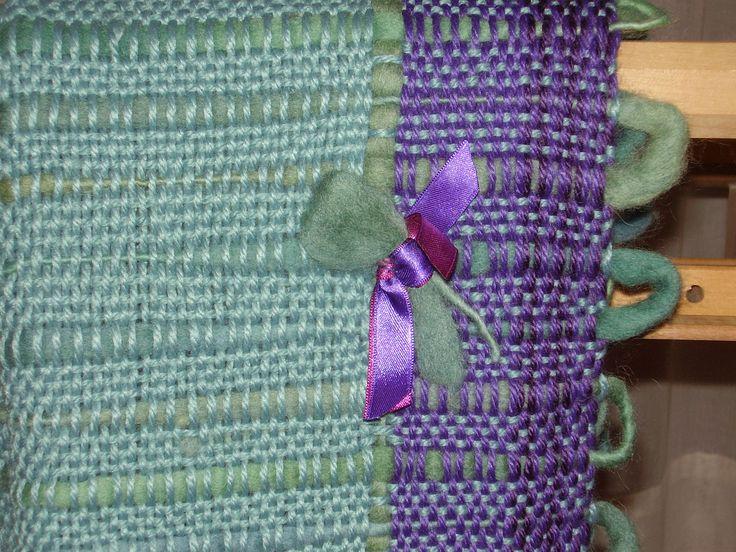 Detalle de flor de fieltro con cintas de raso.