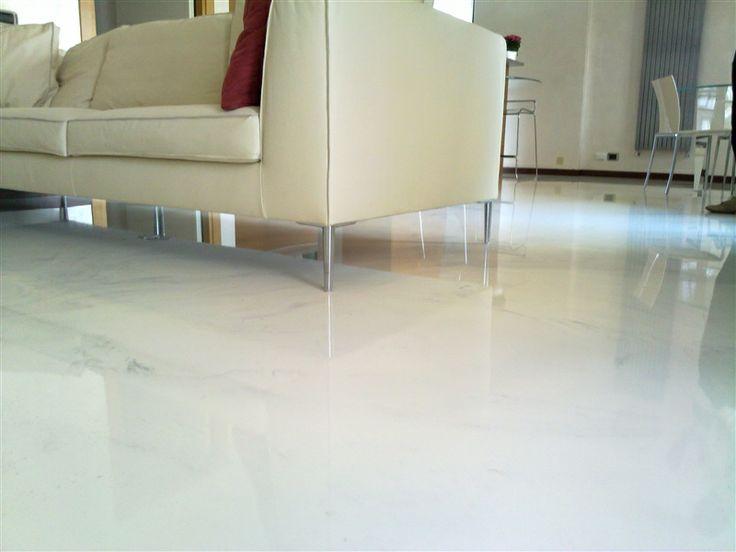 pavimenti continui in resina, con finitura ad alto spessore realizzata per colata, ad effetto vetrificato.