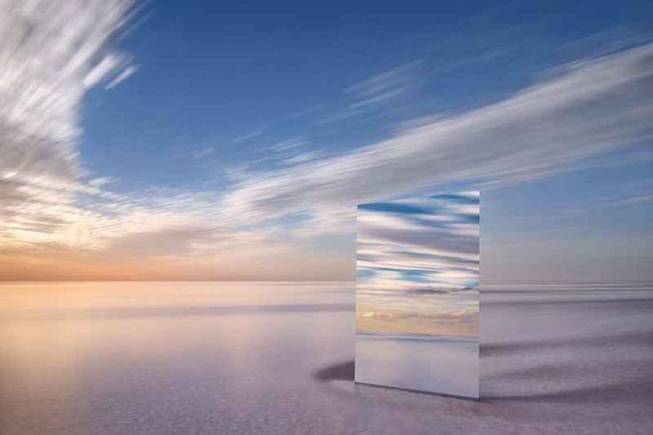 Murray Fredericks e le sue foto allo specchio Murray Fredericks ? un fotografo naturalista australiano nato nel 1970. Dal 2001 Murray ha realizzato gran parte dei suoi progetti in un luogo ben preciso dell?Ausralia: il lago Eyre.  Il lago Eyre,  #fotografia #mare #paesaggi #specchio