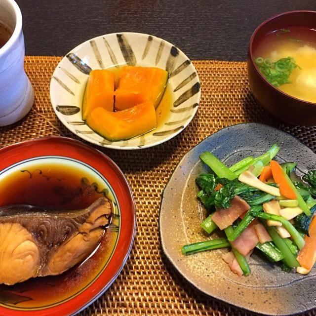 ・鰤の煮魚 ・小松菜・人参・ベーコン・エリンギの中華炒め ・かぼちゃ煮 ・お豆腐・大根・人参のお味噌汁  焼き鮭(おむすびに入れる)しか食べない娘。 今日の煮魚は気に入った様で、沢山食べてくれました♫ この前は食べなかったのに…気分で変わるのかな?難しいお年頃ですf^_^;)  私は白米抜きで…ごちそうさまでした。 - 38件のもぐもぐ - 今日の夜ごはん〜鰤・煮てみました〜 by mayaco618