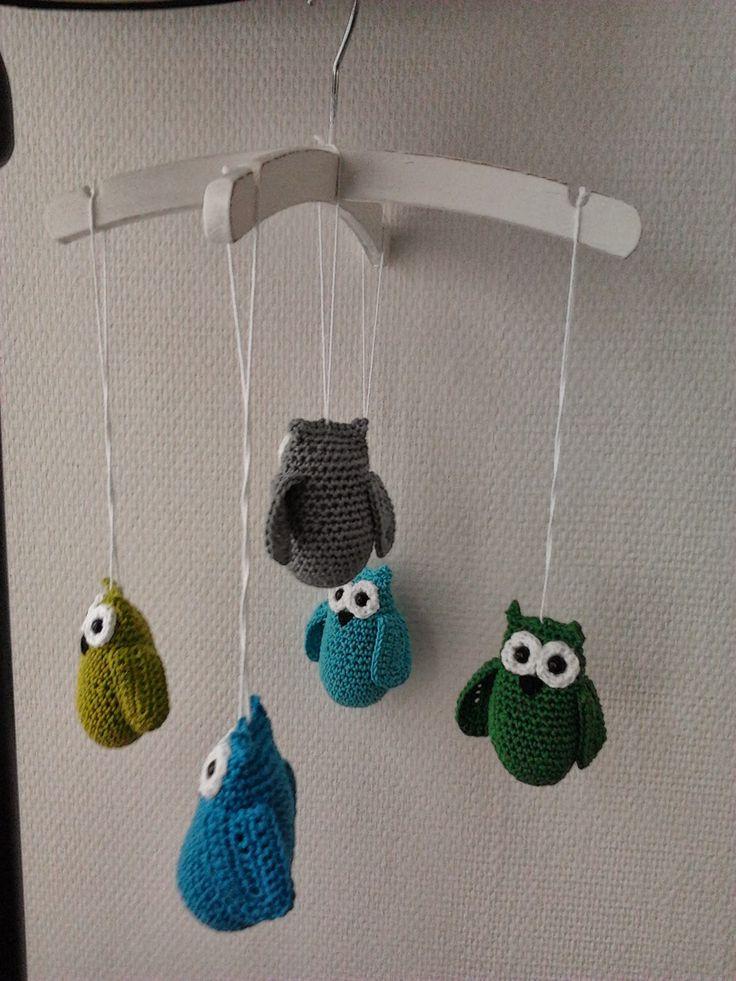 Babyshower present: crochet owl mobile. Kraamcadeau: gehaakte uiltjes mobiel van kinderkapstokjes.