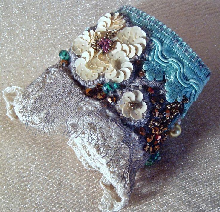 POLSINO ricamato a mano PIZZO  perle Bohemian BRACELET  gipsy fiori cuff nuovo Shabby chic romantic wrist cuff, antique  lace, bead embroidered, rustic cuff, OOAK wrist wrap,  cuff FROM ITALY
