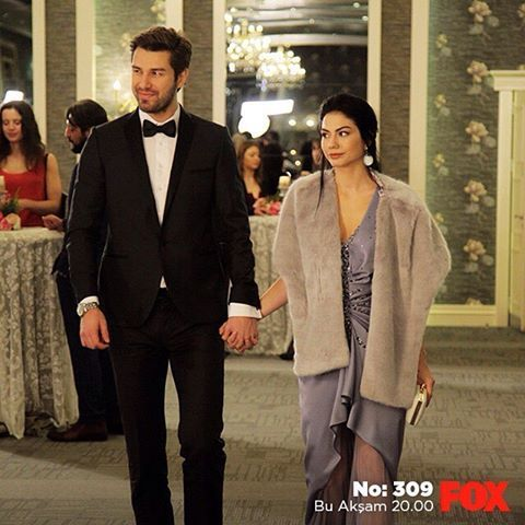Mutlu olmak için 3 neden... 1- Lale ve Onur barışıyor. 2- Sevgililer günü bölümü. 3- Bugün günlerden #No309!     #sendegelFOXa #FOX #FOXTurkiye #çarşamba #buakşam #dizi