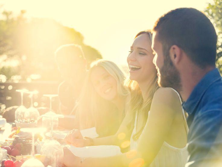 """Der Polterabend ist ein traditioneller Hochzeitsbrauch, der das Hochzeitspaar und die Gäste langsam in Feierstimmung bringt. Wie die letzte große Sause """"in Freiheit"""" aussehen kann, und was beim Polterabend auf jeden Fall dazugehört, erfahren Sie hier."""