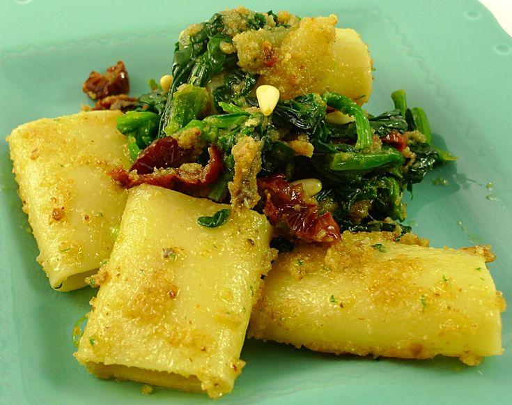 Ricetta: Paccheri con Acciughe, Spinaci e Pinoli  Ingredienti per 2 persone: – 4 spicchi di aglio – 2 cucchiai di pangrattato – 2 cucchiai di pinoli – 6 filetti di acciughe sott'olio – 2 pomodori secchi – 150 gr spinaci crudi – olio evo qb  Una ricetta per un primo piatto particolare da Il Blog di Cuciniamo http://www.ilblogdicuciniamo.it