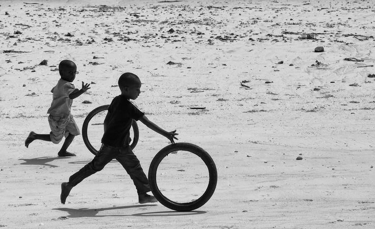 """Georgie Pauwels - """"'Altmodische' Spiele""""  Hier gehts zur Gesamtübersicht: http://pxm.li/6ryCDE  #Foto #Kinder #Sommer"""