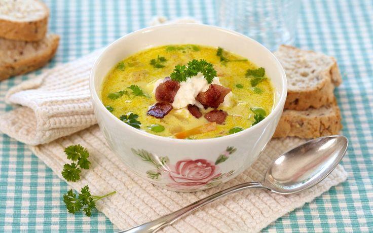 Her har du en oppskrift på en fantastisk god suppe med mild karrismak. Server den velduftende suppen rykende varm med bacon-, kremost- og créme fraiche-blanding.
