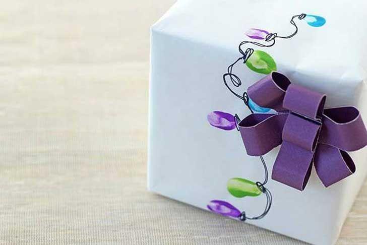 Maneras originales de envolver regalos. 11. Pintar el papel con pinturas para dedos