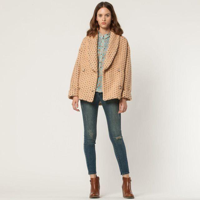 La veste PAUL AND JOE SISTER - modèle RIVERAIN. Veste coupe large en grosse maille fantaisie. Manches longues, emmanchures descendues, poignets à revers. Grand col châle. Boutonnage croisé 4 boutons. 2 poches en biais sur l'avant.Veste 42% polyester, 27% acrylique, 16% laine, 3%élasthanne. Une veste synonyme d'allure, de chic décontracté et d'originalité...