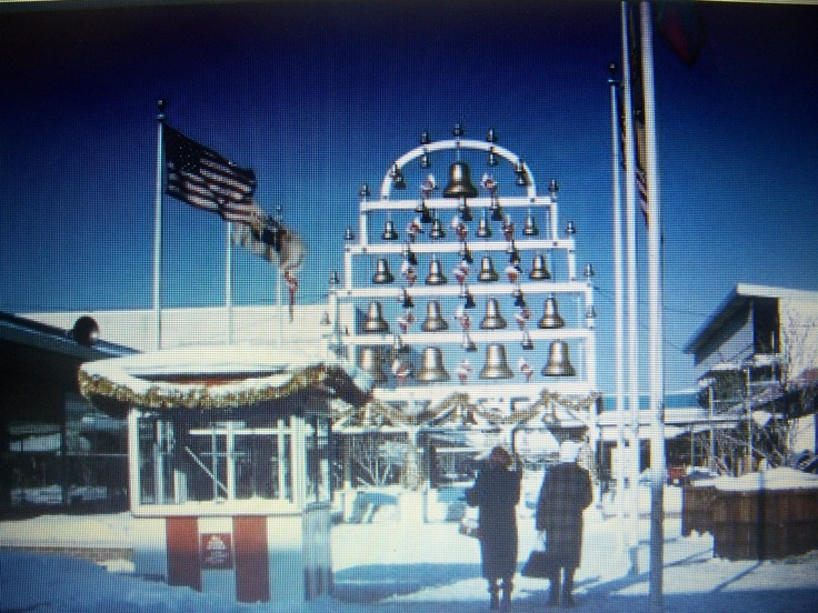 The chiming bells at christmas the garden state plaza paramus vintage malls stores for Garden state plaza mall paramus nj