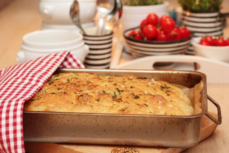 Foccacia er et forholdsvis flatt brød som vi vanligvis forbinder med det italienske kjøkken. Foccacia er kjapt og enkelt å lage. Du rører raskt sammen ingrediensene til en løs deig, som etter en fo…