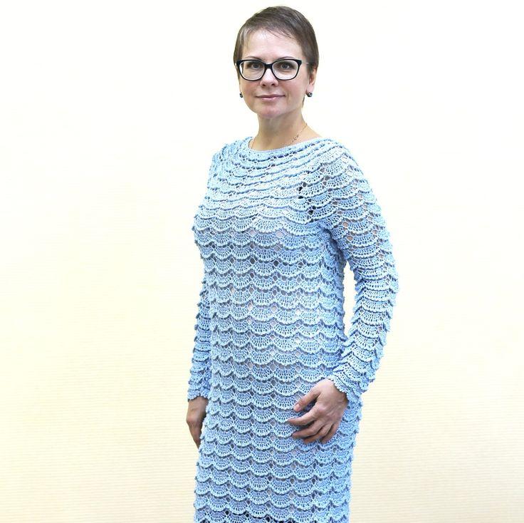 """Платье вязаное из хлопка с вискозой крючком Инна  Небесно-голубой цвет, холодный и нежный одновременно, он стал очень нравиться мне в последнее время. Тоска по ясном небу или желание желание продлить лето? Наверное, и то, и другое. На этот тон меня """"натравила"""" хозяйка, которой мы связали представленное платье. Она давно хотела что-то связанное моими руками. И вот, желание осуществилось. Платье без швов. Интересен рисунок - чешуйчатый, объёмный, ажурный. Такой воздушный, как само небо. Как…"""