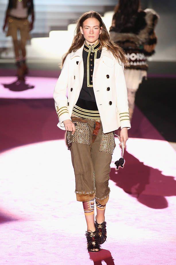 Milano Moda Donna AI 2015/2016: la sfilata di Dsquared2 | Giacca bianca, blusa con collo alla coreana e pinocchietti | Foto