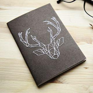 C'était mon premier DIY et il connaît un petit regain de succès en cette semaine de rentrée !  Rendez-vous sur mon blog pour découvrir ou redécouvrir comment broder votre carnet d'un cerf géométrique ! (Lien dans ma bio) #broderie #cerf #deer #handembroidery #embroiderednotebook #carnet