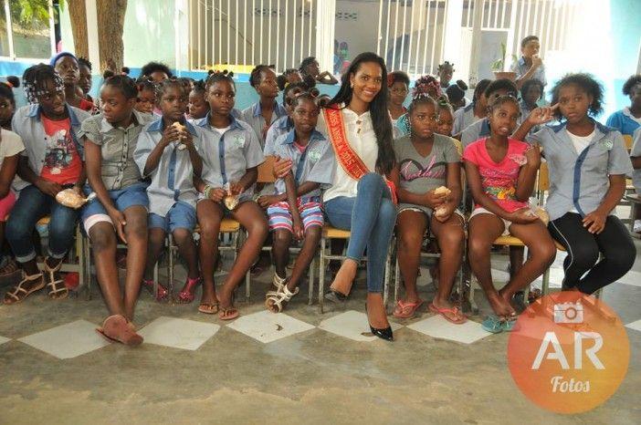 Miss Angola 2015 Whitney Shikongo doa bens de primeira necessidade a Lar em Luanda http://angorussia.com/entretenimento/fama/miss-angola-2015-whitney-shikongo-doa-bens-de-primeira-necessidade-a-lar-em-luanda/