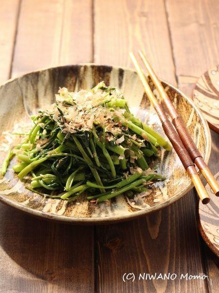 歯ざわりの良い空芯菜(くうしんさい)に熱い油をまとわせ、ツルツル、シャキシャキに色良く炒め上げた一品。にんにくと炒めたりさまざまな食べ方ができる空芯菜ですが、このシンプルなおいしさにも衝撃を受けます。沖縄では暑い夏場の貴重な青菜です。