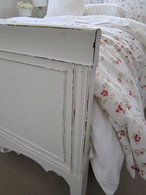 lit blanc de style champêtre chic poncé avec papier de verre