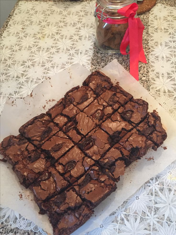 Negresa cu curmale și ciocolată neagră, alături de biscuiții cu cacao