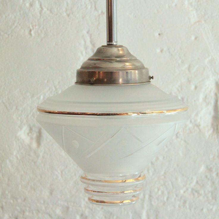Suspension ancien globe en verre dépoli et or montée sur tige aluminium... http://www.ibidum.com/2016/04/suspension-ancien-globe-en-verre-depoli-et-or-montee-sur-tige-aluminium.html