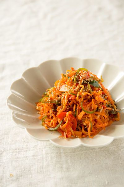 切り干し大根に、ピーマン、赤パプリカ、にんじんの彩りのきれいな野菜を合わせたキムチ炒めです。