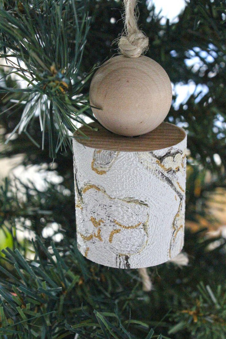 Addobbo natalizio per l'albero o da appendere in casa come decoro. Fatto in legno e carta da parati bianca con fantasia floreale. di IlluminoHomeIdeas su Etsy