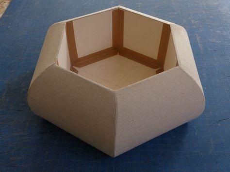 Les pentes courbes de la boite sont recouverts d'une première couche de carte goudron de chez Rougier et PLé.