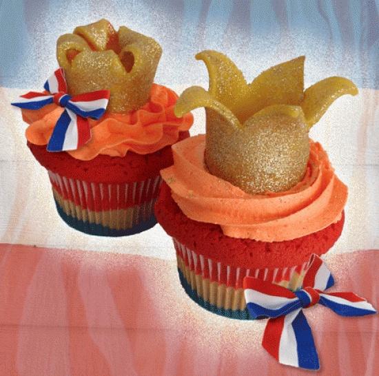 Speciaal voor #Koningsdag! Een mooie rood, wit, blauwe #cupcake met oranje toef en gouden #kroon.