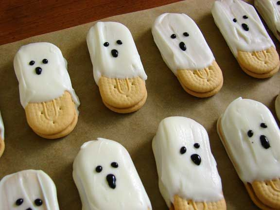 Quick and easy halloween ghosts, great for the kids to do on their own!