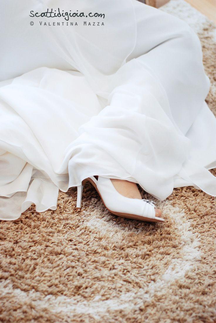Bride, white shoes. photo copyright www.scattidigioia.com