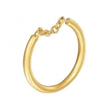 Ein graziles Schmuckstück aus dem Hause Sence Copenhagen ist dieser vergoldete Ring mit dem kleinen Kettchen.