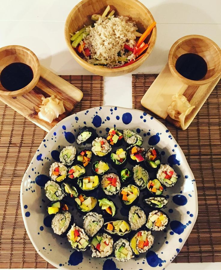Homemade sushi! We love spending a friday night in the kitchen making food together rounding up the week in a relaxed way  #plantbased #vegansushi #govegan #nvsfoto #govegan #eatmoregreens #vegancouple #vegannutrition #healthychoices #fridaynight #crueltyfree