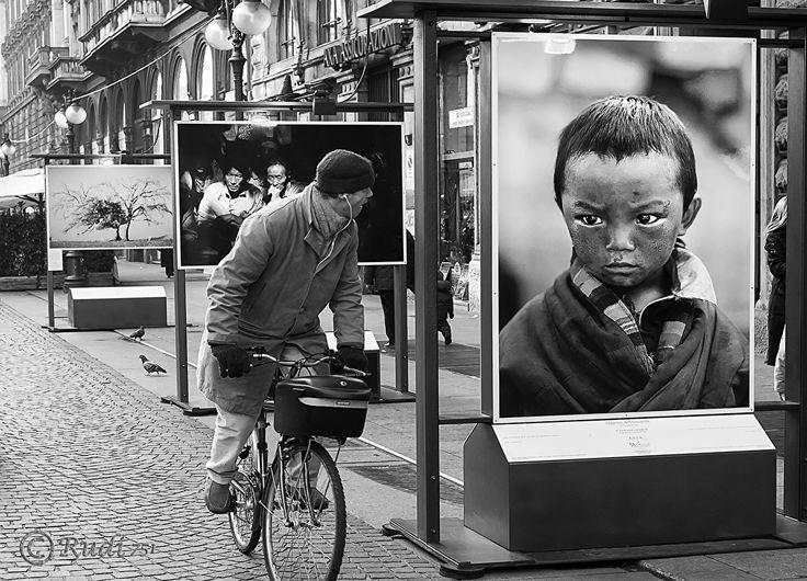 Mostra fotografica di autori professionisti, tenutasi in Via Dante (Milano).