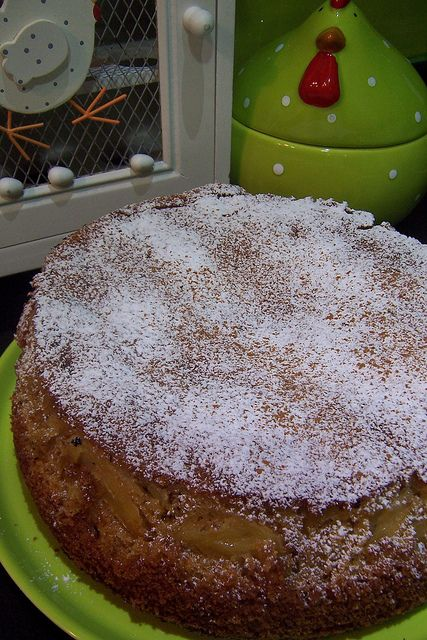 Deliciosamente pesado e húmido.  Bater 6 ovos com 450g de açúcar (eu usei 250 branco + 200 amarelo). Juntar 200g de margarina derretida, 300g de farinha e 1 colher de sopa de fermento. Colocar numa forma untada e enfarinhada, alternando camadas de massa com camadas de maçã polvilhadas com canela. São cerca de 45 minutos a 180º.  No fim, desenforma-se e polvilha-se com açúcar em pó com canela.