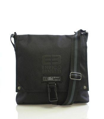 #Enrico_Benetti Černá stylová taška přes rameno Enrico Benetti. Taška má přihrádku na tablet o maximálních rozměrech 25 x 25 cm. Uvnitř je rozdělený prostor kapsou na zip, dále spousta dalších menších kapes na všech stranách.