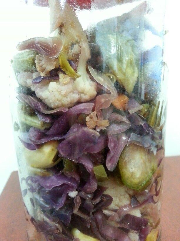 Vegetales al vapor. Coliflor, coles de Bruselas, col morada, zanahorias y pimientos.