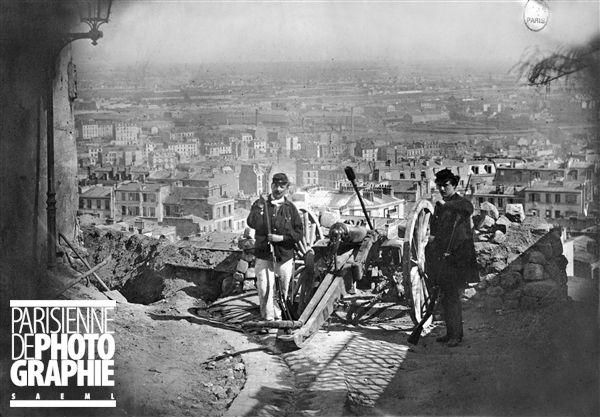 La Commune de Paris (1871). Rue du Chevalier de la Barre (anciennement rue des Rosiers). Une barricade à l'angle de la rue de la Bonne. Avri...