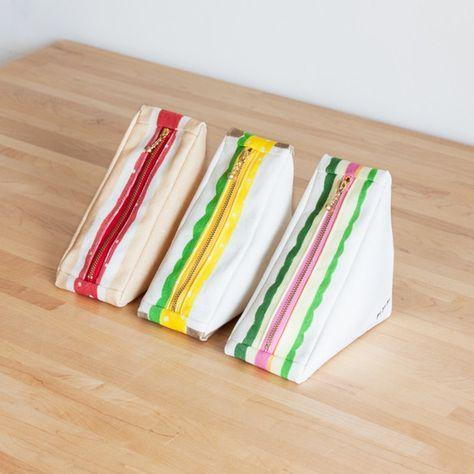 サンドイッチの形をしたポーチができました!ちょこんと置かれている姿がたまらなくかわいく^^手描きの具材のイラストもバツグンにいい味だしています♩外側の生地は8号帆布を使用。しっかり丈夫です。裏地は綿シーチングになります。商品は1個のお値段になります。備考にご希望の絵柄を書いてご購入ください。どれにしようか迷われたら、パンの種類や、裏地の柄でお選びください!裏地が何でその柄か分かりますか〜??1:ジャムサンド(パン/全粒粉  裏地/イチゴ)2:タマゴサンド(パン/耳つき  裏地/にわとり)3:ハムサンド(パン/ノーマル  裏地/ぶた)サイズは本物のサンドイッチより一回り大きいくらいです。幅 7.5cm 高 14cm 奥 14cm ファスナー…